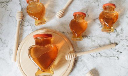 Πώς το μέλι δυναμώνει τη ρίζα του φυτού & μία συνταγή