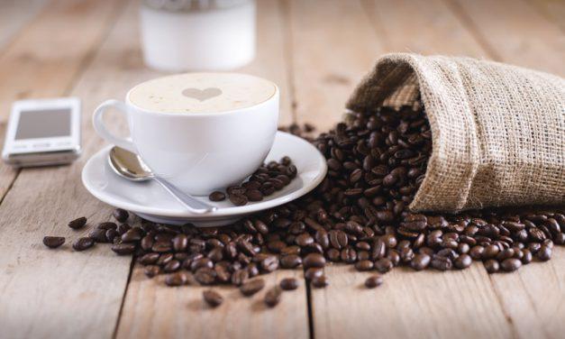 Καφεΐνη: Τι λένε οι μελέτες για τα οφέλη και τις αρνητικές επιπτώσεις