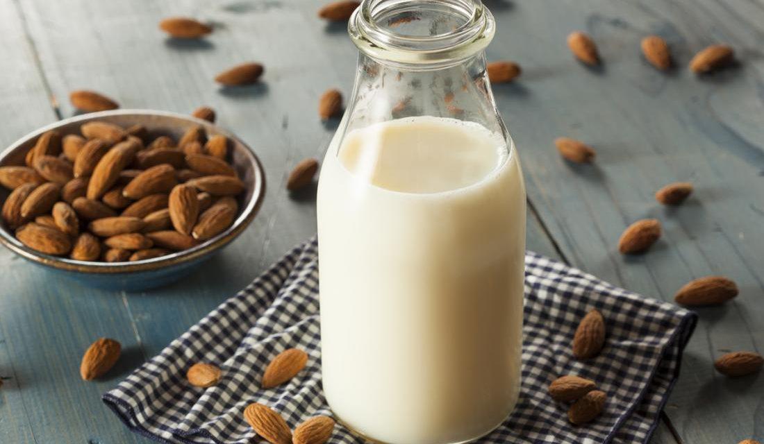 Γάλα αμυγδάλου: 7 οφέλη και πώς να φτιάξεις σπιτικό