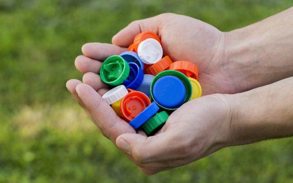 Συλλέγουν πλαστικά καπάκια στον Δήμο Καλαμαριάς με το σύνθημα «Πέταξε το με σκοπό»!