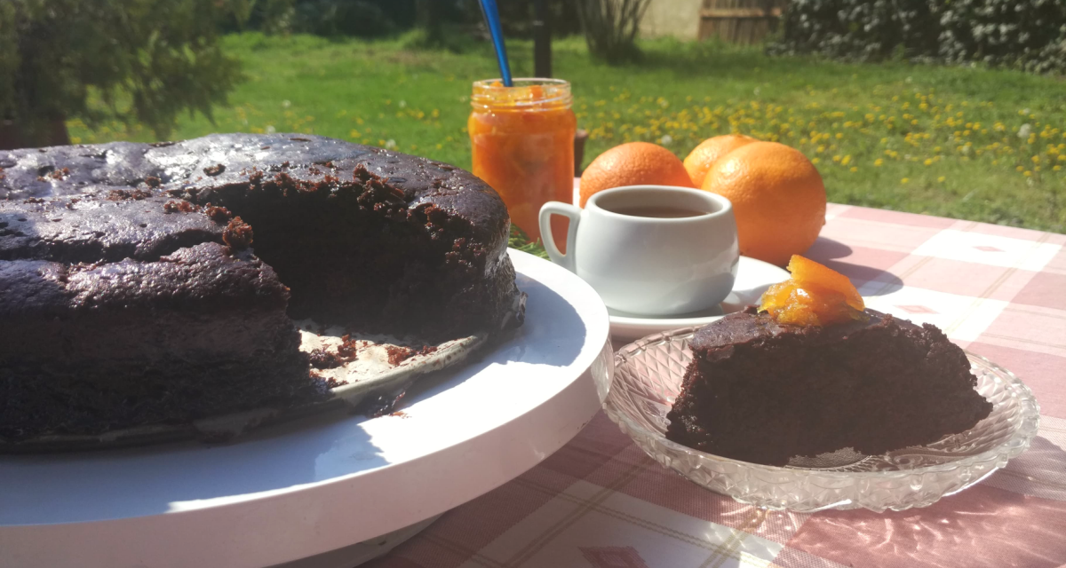 Vegan ή νηστίσιμη σοκολατόπιτα με γλάσο μαύρης ζάχαρης