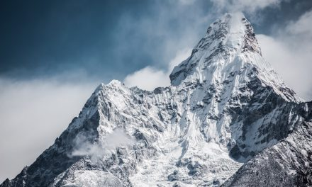 """Το Νεπάλ """"κλείνει"""" την ανάβαση στο Έβερεστ λόγω κορονοϊού"""