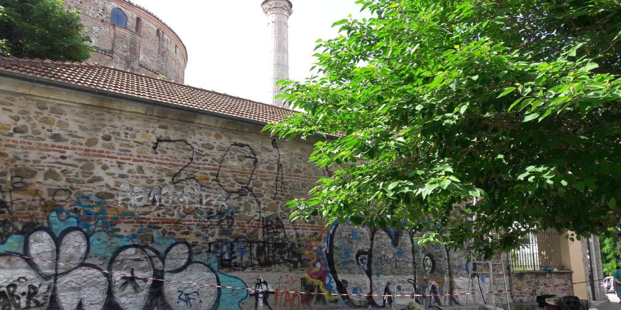 Καθαρίζονται τα γκράφιτι στο κέντρο της Θεσσαλονίκης