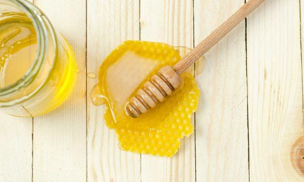 Μέλι στο πρόσωπο: Πού βοηθάει & Συνταγές