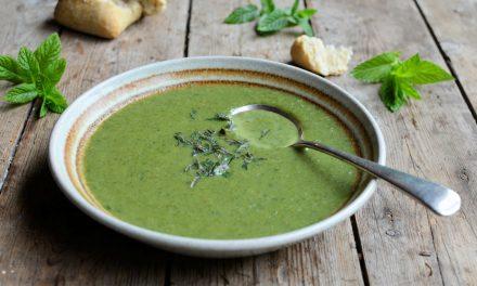 Κρύα σούπα με μπρόκολο, σπανάκι και καρύδα