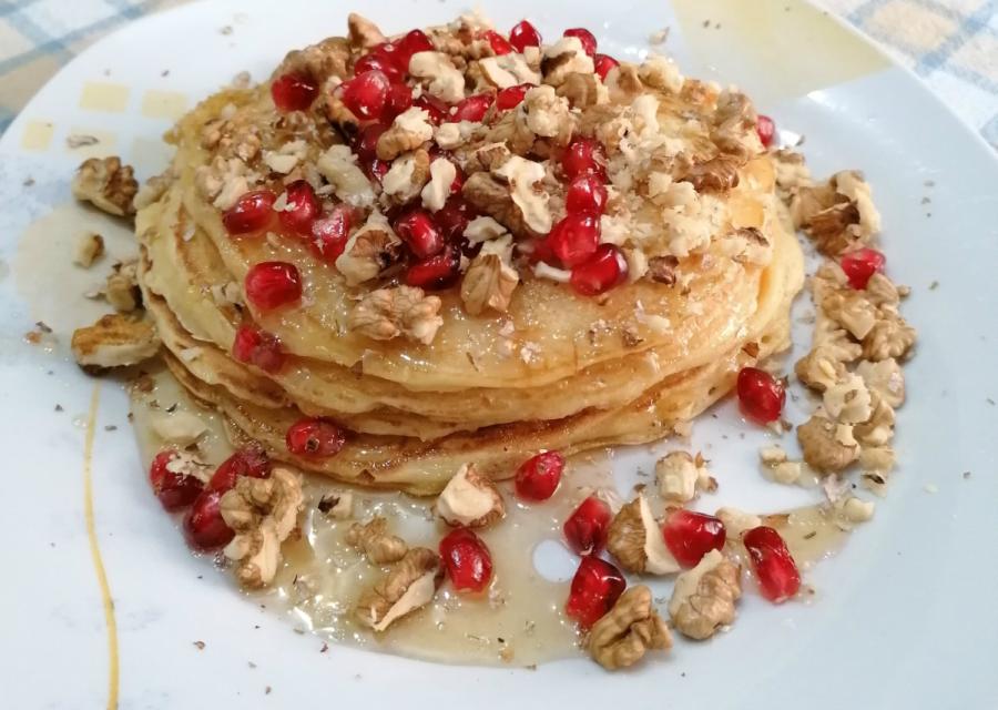 Pancakes με μέλι, καρύδια και φρούτα