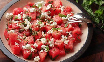 Αλμυρή μεσογειακή σαλάτα με καρπούζι, νόστιμη και δροσερή